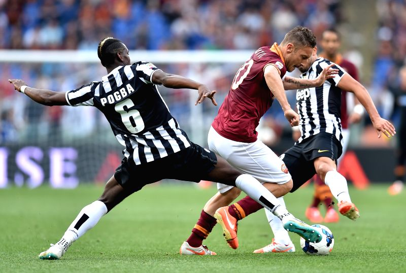 Paul Pogba (L) of Juventus vies with Francesco Totti of Roma during their Italian Serie A soccer match in Rome, Italy, on May 11, 2014. Roma lost 0-1.