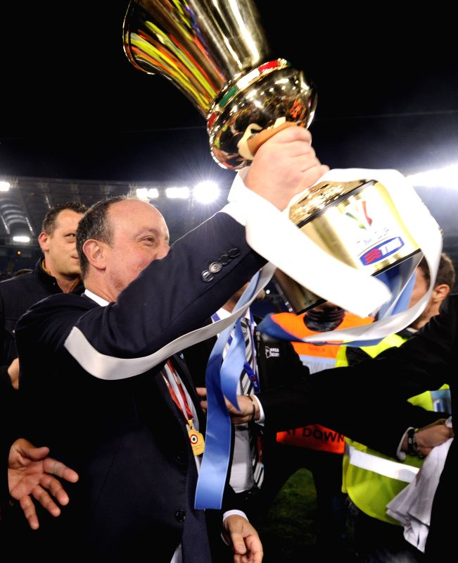 Rafael Benitez, coach of Napoli, holds up the trophy after the final match against Florentina at the Italian Cup in Rome, Italy, May 3, 2014. Napoli won 3-1 to claim the