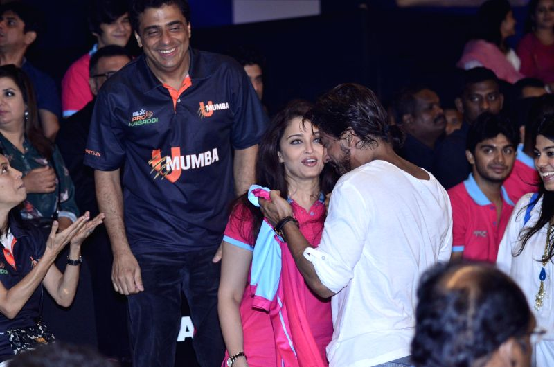 Ronnie Screwvala owner of Mumbai Kabaddi team, actors Aishwarya Rai Bachchan and Shahrukh Khan during the Pro-Kabaddi League between U Mumba vs Jaipur Pink Panthers in Mumbai on 27, July 2014. - Aishwarya Rai Bachchan and Shahrukh Khan