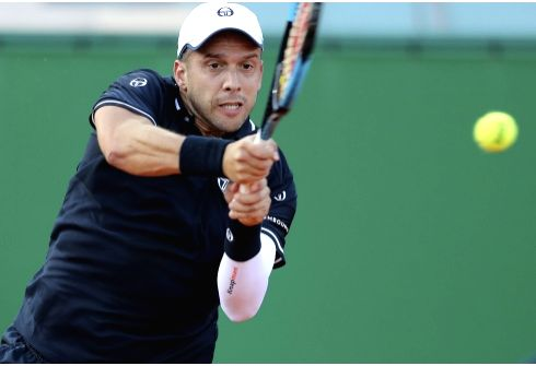 ROQUEBRUNE-CAP-Gilles Muller of Luxembourg returns the ball to Alexander Zverev of Germany during the second round match of 2018 Monte-Carlo Masters in ...