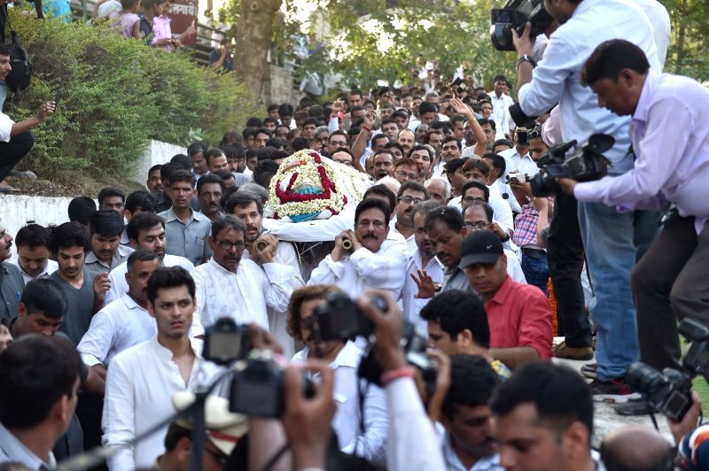 Sahara chief Subrata Roy attends the funeral of his mother Chabi Roy, who died on May 6, 2016; at Baikuntha Dham in Lucknow on May 7, 2016. - Subrata Roy and Chabi Roy