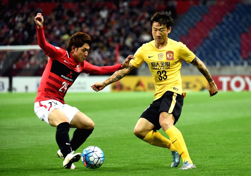 SAITAMA, April 5, 2016 - Rong Hao (R) of China's Guangzhou Evergrandtaobao vies with Sekine Takahiro of Japan's Urawa Red Diamonds during the AFC Champions League Group H football match in Saitama, ...