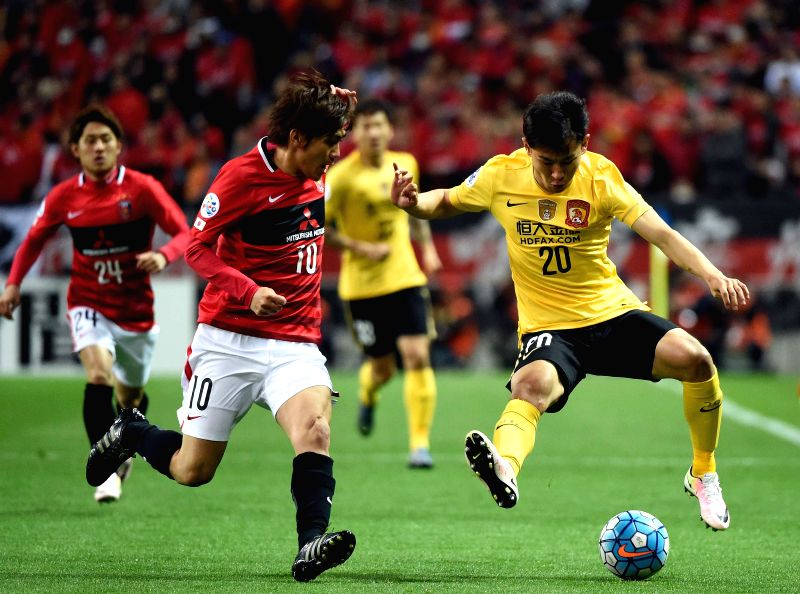 SAITAMA, April 5, 2016 - Yu Hanchao (R) of China's Guangzhou Evergrandtaobao vies with Kashiwagi Yosuke of Japan's Urawa Red Diamonds during the AFC Champions League Group H football match in ...