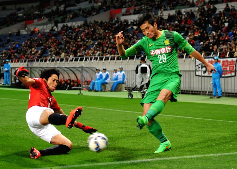 Shao Jiayi (R) of China's Beijing Guoan vies with Ryota Moriwaki of Japan's Urawa Red Diamonds during their group E match at the 2015 AFC Champions League in ...