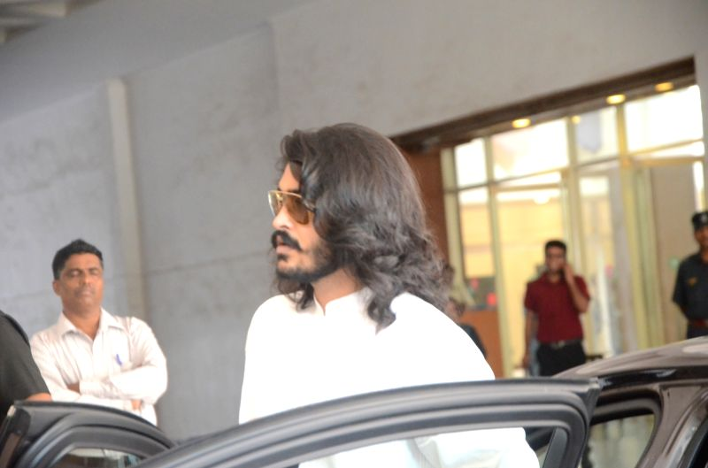 Sakshi Khanna arrives to attend the prayer meet of his father and late actor Vinod Khanna at Nehru Centre in Mumbai, on May 3, 2017. - Vinod Khanna and Sakshi Khanna