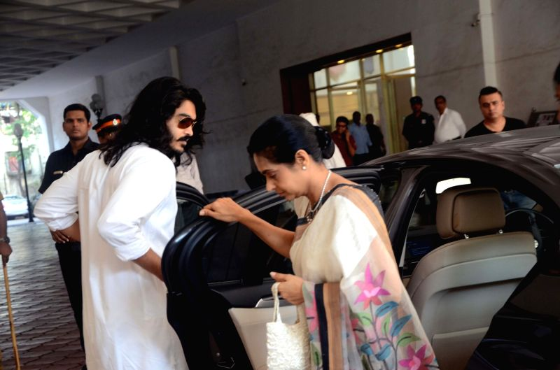 Sakshi Khanna arrives with his mother Kavita Khanna to attend the prayer meet of his father and late actor Vinod Khanna at Nehru Centre in Mumbai, on May 3, 2017. - Vinod Khanna, Sakshi Khanna and Kavita Khanna