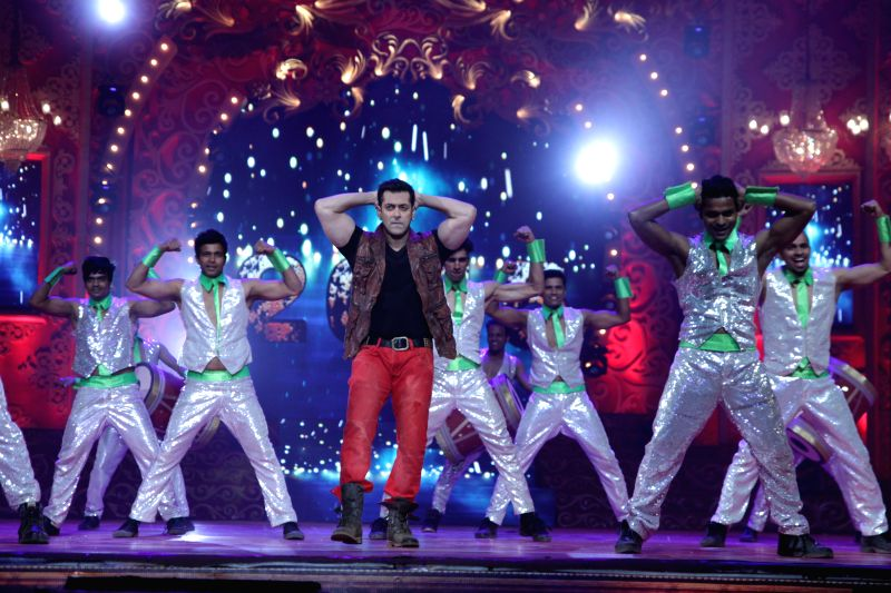 Salman Khan performs at BIG Star Entertainment Awards 2014