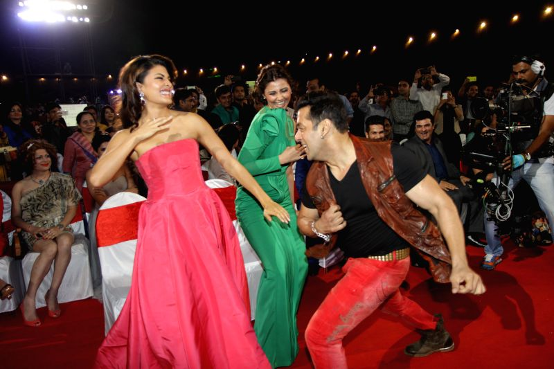 Salman Khan performs with Jacqueline at BIG Star Entertainment Awards 2014