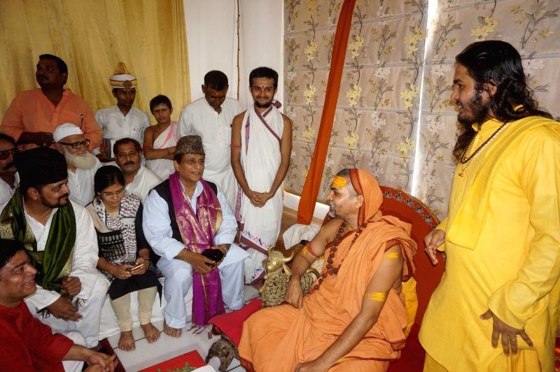 Samajwadi Party leader Azam Khan meets Vidya Matt Mahant Swami Avimukteshwaranand Saraswati at Sankaracharaya Matth in Varanasi on July 17, 2016. - Azam Khan