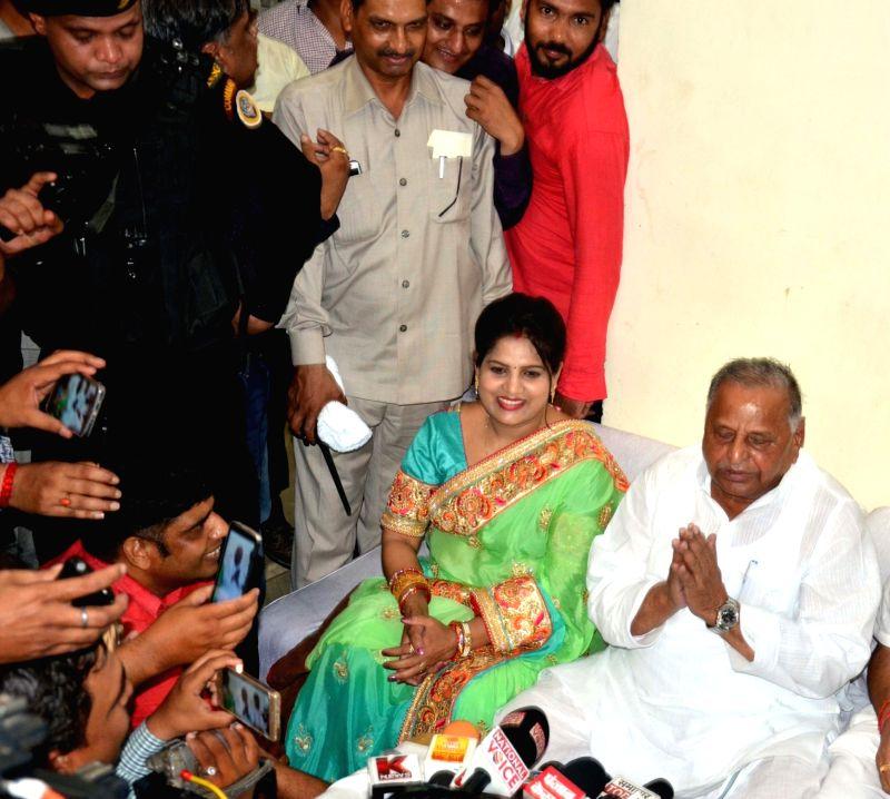 Samajwadi Party leader Mulayam Singh Yadav addresses a press conference in Agra on May 11, 2017. - Mulayam Singh Yadav