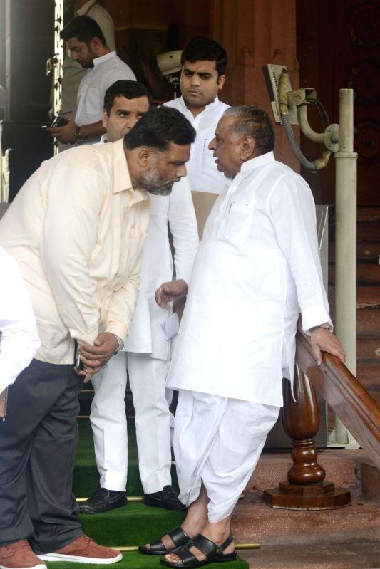 Samajwadi Party supremo Mulayam Singh Yadav and Jan Adhikar Party leader Rajesh Ranjan alias Pappu Yadav at Parliament in New Delhi, on July 18, 2016. - Mulayam Singh Yadav and Pappu Yadav