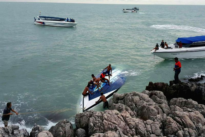 SAMUI, May 27, 2016 - Rescuers retrieve the capsized speedboat at the Koh Samui Island in southern Thailand, May 26, 2016. Two tourists died and five others were still missing late Thursday afternoon ...