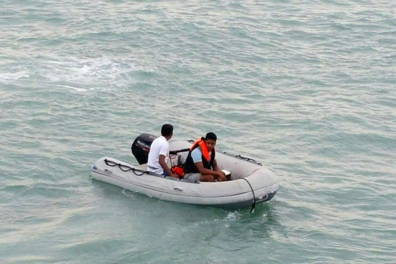 SAMUI, May 27, 2016 - Rescuers search for survivors near the Koh Samui Island in southern Thailand, May 26, 2016. Two tourists died and five others were still missing late Thursday afternoon when a ...