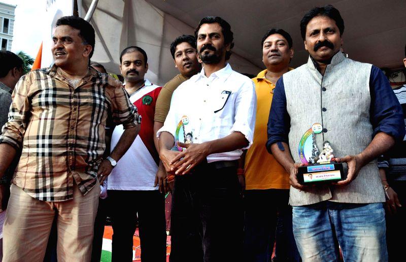 Sanjay Nirupam, Nawazuddin Siddiqui & Cheetah during Dahi Handi festival at Politician Sanjay Nirupam`s Dahi Handi in Mumbai on August 29, 2013. - Nawazuddin Siddiqui