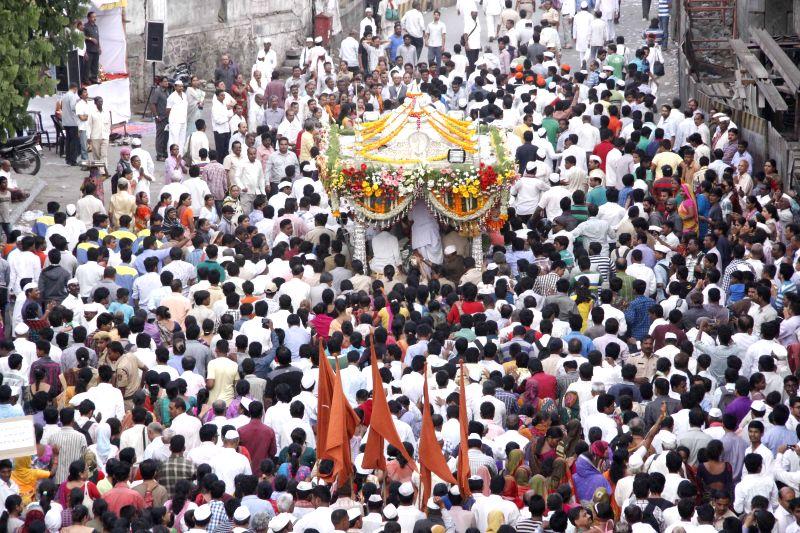 Sant Tukaram's 'Paalki' (palanquin) arrives in Pune before proceeding for Pandharpur in Maharashtra on June 22, 2014.