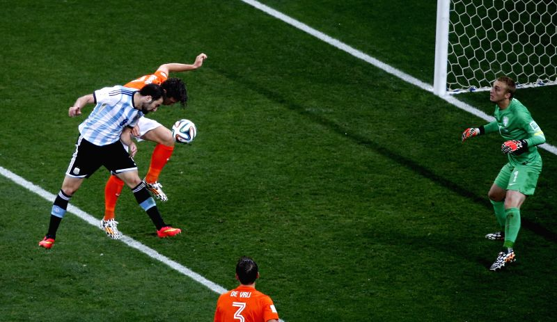 Argentina's Gonzalo Higuain (1st L) vies for a header with Netherlands' Daryl Janmaat as Netherlands' goalkeeper Jasper Cillessen (1st R) denfends during a ...