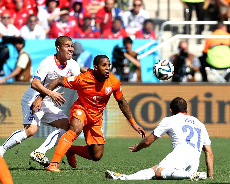 Chile's Francisco Silva (L) vies with Netherlands' Jeremain Lens during a Group B match between Netherlands and Chile of 2014 FIFA World Cup at the Arena de Sao ..