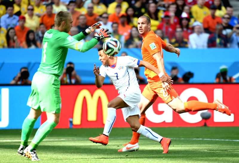 Netherlands' goalkeeper Jasper Cillessen (L) grasps the ball during a Group B match between Netherlands and Chile of 2014 FIFA World Cup at the Arena de Sao Paulo
