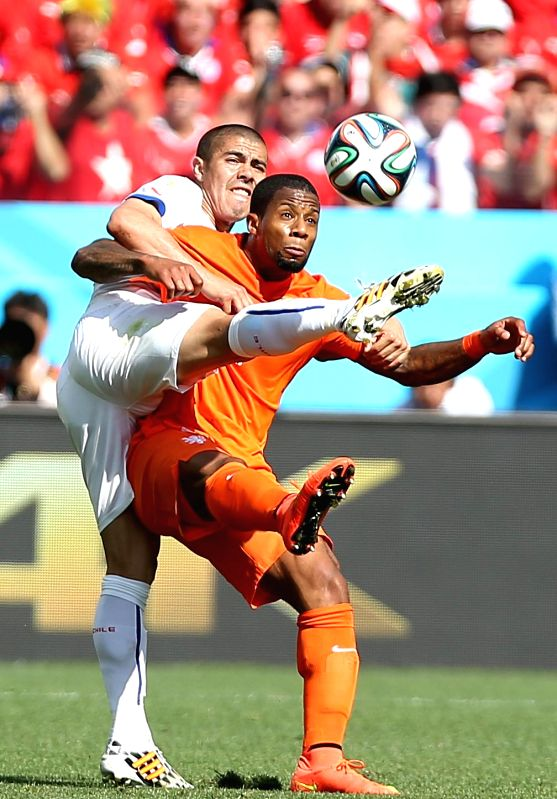 Netherlands' Jeremain Lens (R) vies with Chile's Gary Medel during a Group B match between Netherlands and Chile of 2014 FIFA World Cup at the Arena de Sao Paulo ...