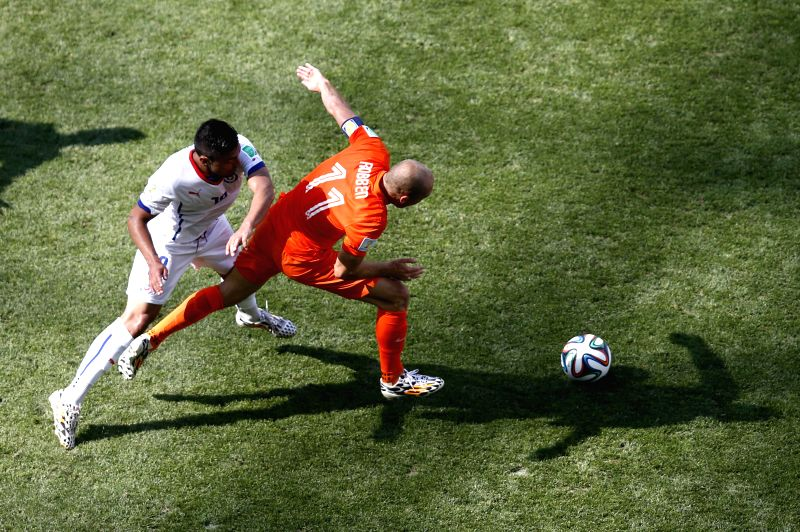 Netherlands' Arjen Robben (R) breaks through during a Group B match between Netherlands and Chile of 2014 FIFA World Cup at the Arena de Sao Paulo Stadium in Sao ...