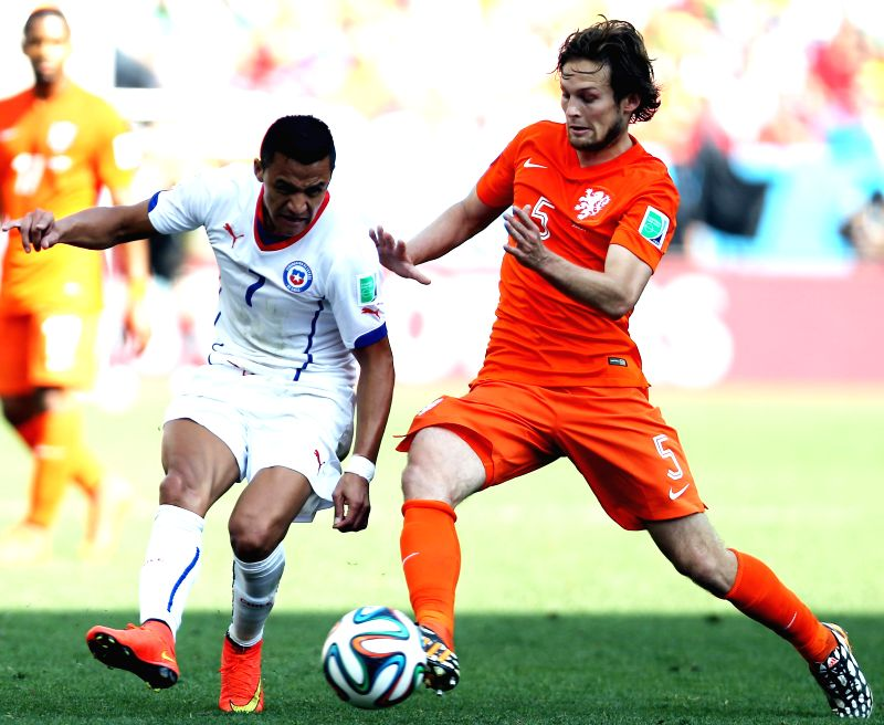 Netherlands' Daley Blind (R) vies with Chile's Alexis Sanchez during a Group B match between Netherlands and Chile of 2014 FIFA World Cup at the Arena de Sao Paulo ..
