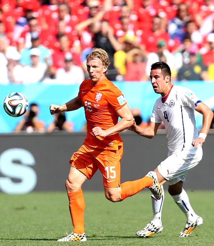 Netherlands' Dirk Kuyt (L) vies with Chile's Mauricio Isla during a Group B match between Netherlands and Chile of 2014 FIFA World Cup at the Arena de Sao Paulo ...