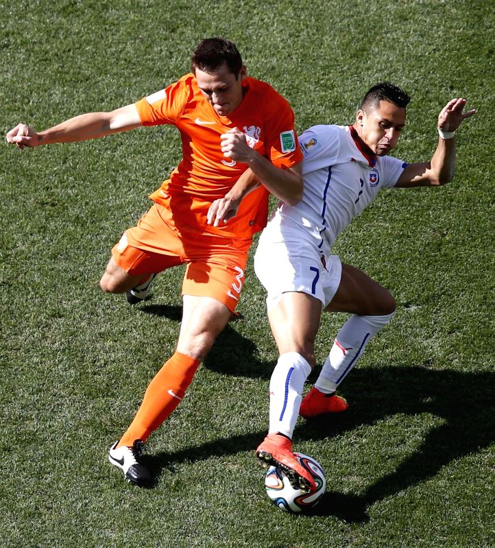 Netherlands' Stefan de Vrij (L) vies with Chile's Alexis Sanchez during a Group B match between Netherlands and Chile of 2014 FIFA World Cup at the Arena de Sao ..