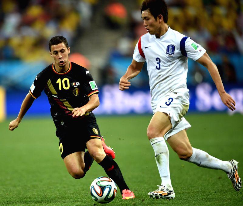 Belgium's Eden Hazard (L) vies with Korea Republic's Yun Suk Young during a Group H match between Korea Republic and Belgium of 2014 FIFA World Cup at the Arena ..