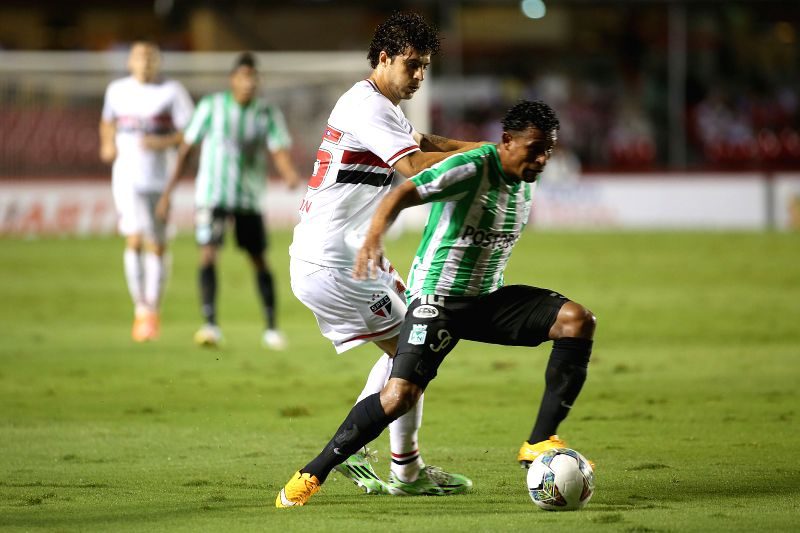 Sao Paulo: The player Denilson (L) of Sao Paulo, vies for the ball with Edwin Cardona (R) of Atletico Nacional, during the semifinal match of the South American Cup, in the Morumbi Stadium, in the ...