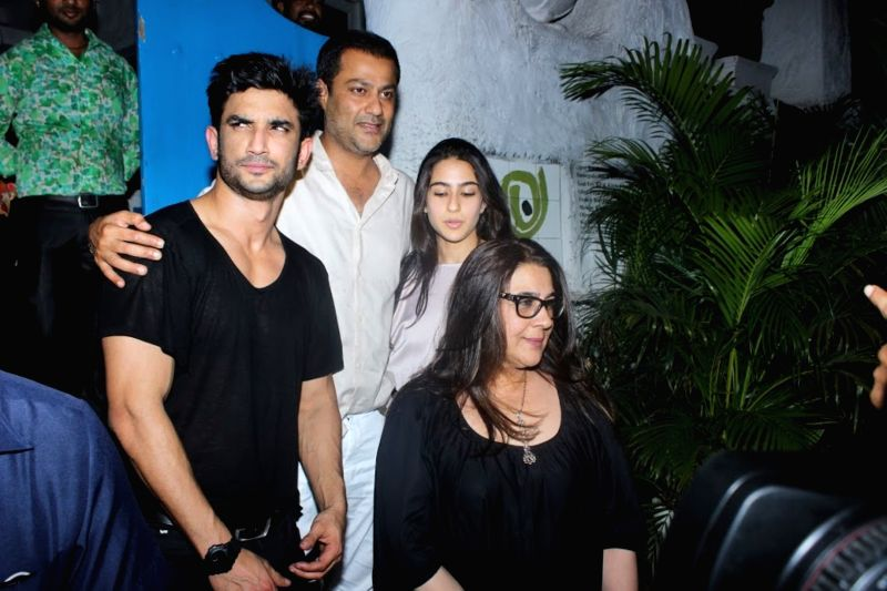 Sara Ali Khan with mom Amrita Singh meet up with filmmaker Abhishek Kapoor and actor Sushant Singh Rajput at Olive Bar & Kitchen on June 04, 2017. Sara Ali Khan and Sushant Singh Rajput ... - Sushant Singh Rajput, Sara Ali Khan, Amrita Singh and Abhishek Kapoor