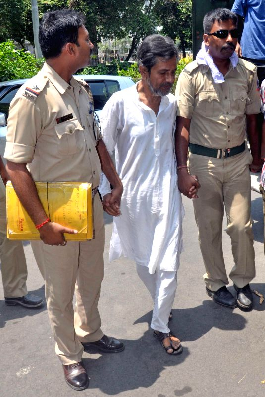 Saradha Group chief Sudipta Sen being taken to be produced in Bidhan Nagar court for his alleged involvement in multi-crore Saradha Group chit fund scam in Kolkata on April 29, 2014.