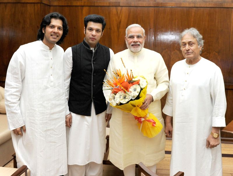 Sarod maestro Ustad Amjad Ali Khan and his sons Amaan Ali Khan and Ayaan Ali Khan call on Prime Minister Narendra Modi in New Delhi on Aug 5, 2014. - Narendra Modi, Amaan Ali Khan and Ayaan Ali Khan