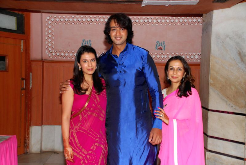 Saurabh Raaj Jain with Vandana Somaiya and her daughter during the album launch of Bhakti Vandana in Mumbai, on August 12, 2014. - Saurabh Raaj Jain