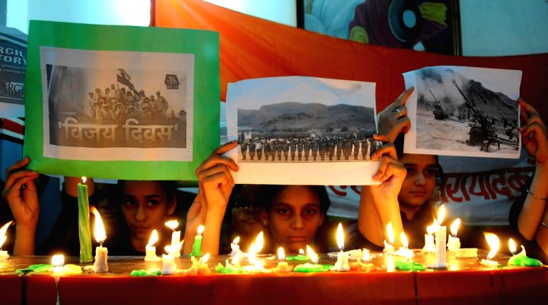 School students pays homage to the martyrs of Kargil War on Kargil Vijay Diwas in Amritsar on July 25, 2016.