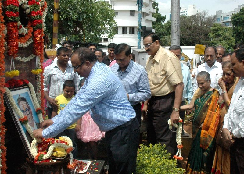 Secretary of Karnataka Government's Irrigation and Water Resources Department, D G Gurupadaswamy pays tribute to Late S G Balekundri chief Engineer- par Excellence during a programme organised by ...