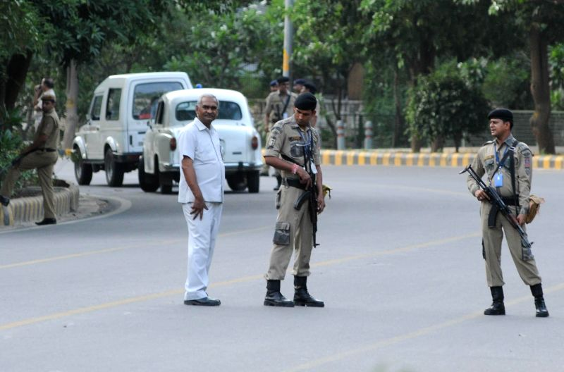 Security personnel stand guard outside Gujarat Bhawan where BJP Prime Ministerial candidate Narendra Modi stayed last night after returning from Varanasi, in New Delhi on May 18, 2014. - Narendra Modi