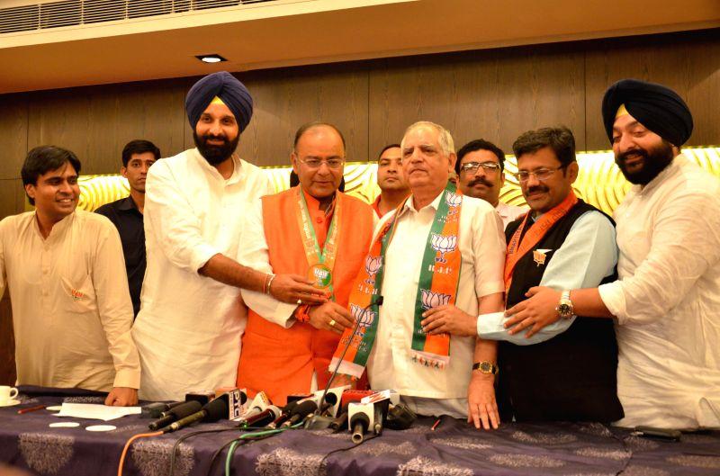 Senior Congress leader Darbari Lal joins BJP in the presence of BJP candidate for 2014 Lok Sabha Election from Amritsar, Arun Jaitley and Punjab BJP chief Kamal Sharma in Amritsar on April 27, 2014. - Arun Jaitley and Kamal Sharma