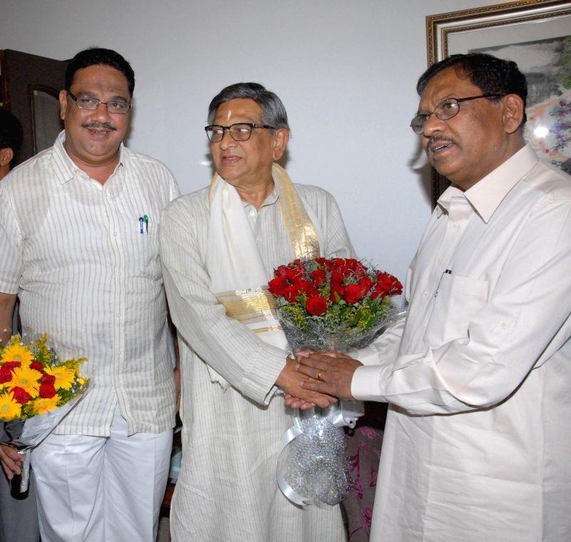Senior Congress leader S M Krishna with Karnataka Congress chief G. Parameshwara as he celebrates his 84th birthday at his residence in Bangalore on May 1, 2014.