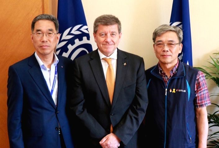 Senior officials of South Korea's umbrella unions meet with Guy Ryder (C), director-general of the International Labor Organization (ILO), during an ILO conference in Geneva in this photo provided by ...