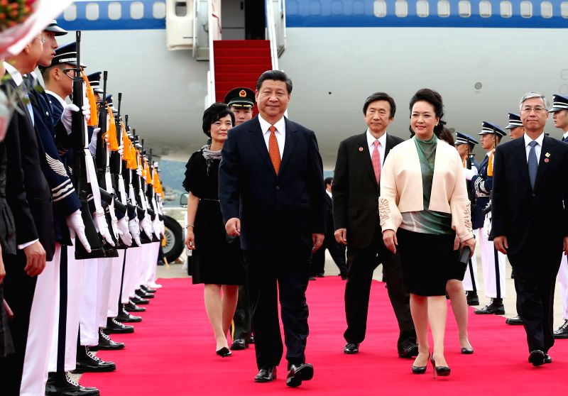 Chinese President Xi Jinping (L, front) and his wife Peng Liyuan (R, front) inspect an honor guard upon their arrival in Seoul, capital of South Korea, July 3, 2014.  .