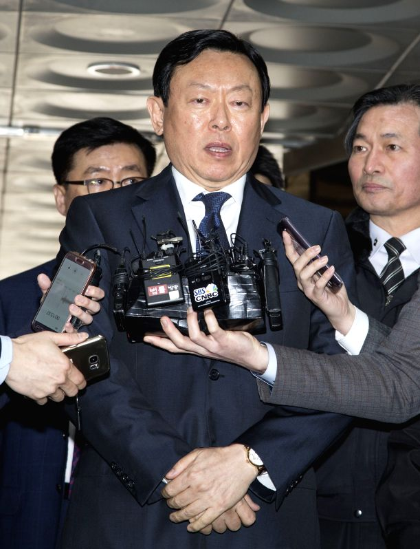 SEOUL, March 20, 2017 - Lotte Group Chairman Shin Dong-bin (C) receives interview before attending his trial at the Seoul Central District Court in Seoul, South Korea, on March 20, 2017. (Xinhua/Lee ...