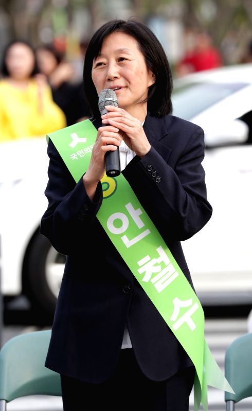 SEOUL, May 2, 2017 - Kim Mi-kyung, wife of Ahn Cheol-soo, presidential candidate of People's Party, speaks during a campaign for the upcoming Presidential election in Seoul, South Korea on May 2, ...