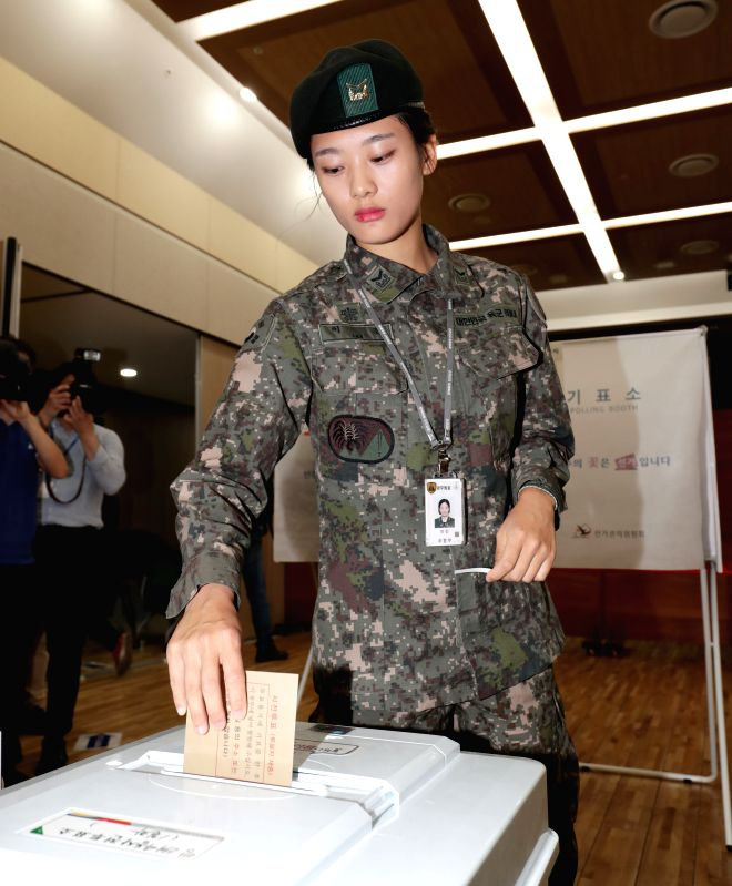 SEOUL, May 4, 2017 - A South Korean soldier votes in advance in Seoul, South Korea, on May 4, 2017. (Xinhua/Lee Sang-ho)