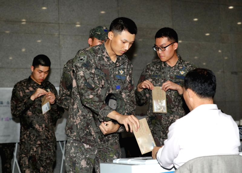 SEOUL, May 4, 2017 - South Korean soldiers vote in advance in Seoul, South Korea, on May 4, 2017. (Xinhua/Lee Sang-ho)
