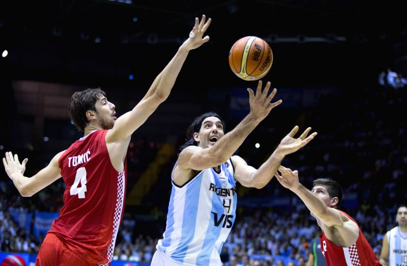 Luis Scola (C) of Argentina vies for the ball with Ante Tomic (L) of Croatia during the Group B match of the 2014 FIBA Basketball World Cup, in Seville, Spain, on ..