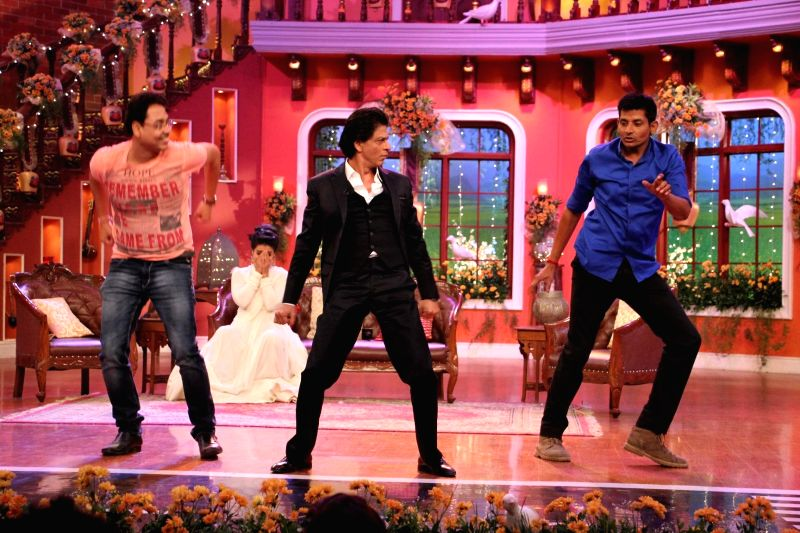 Shahrukh Khan shaking a leg on Mehndi laga ke with fans on the sets of Comedy Nights With Kapil at Dilwale Dulhania Le Jayenge 1000 weeks completion special episode shoot on Comedy Nights With Kapil . - Shahrukh Khan