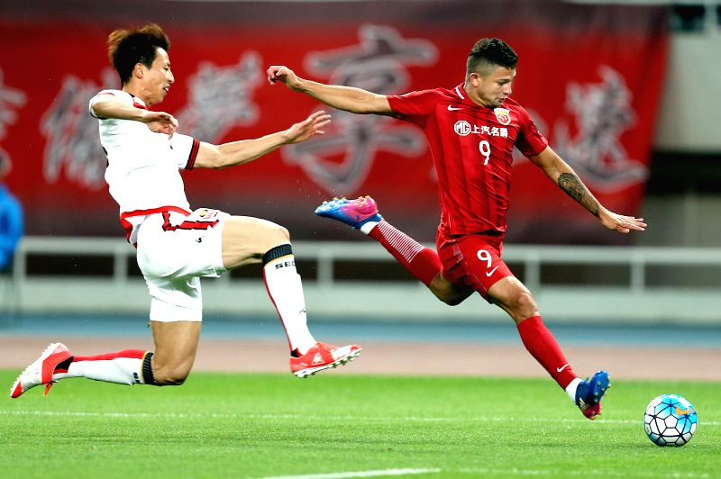 SHANGHAI, April 26, 2017 - Shanghai SIPG's Elkeson de Oliveira Cardoso (R) shoots during the AFC Champions League group match between Shanghai SIPG and South Korea's FC Seoul in Shanghai, east China, ...