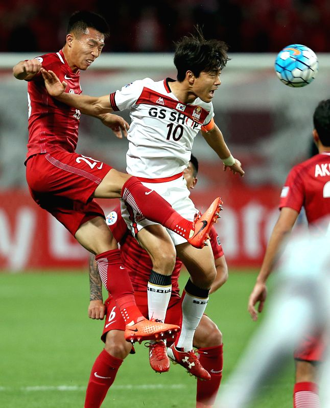 SHANGHAI, April 26, 2017 - Shanghai SIPG's He Guan (L) vies with FC Seoul's Park Chuyoung during their AFC Champions League group match in Shanghai, east China, on April 26, 2017. Shanghai SIPG won ...