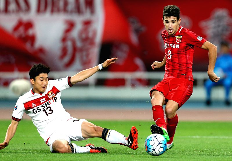 SHANGHAI, April 26, 2017 - Shanghai SIPG's Oscar Emboaba Junior (R) vies with FC Seoul's Go Yohan during their AFC Champions League group match in Shanghai, east China, on April 26, 2017. Shanghai ...