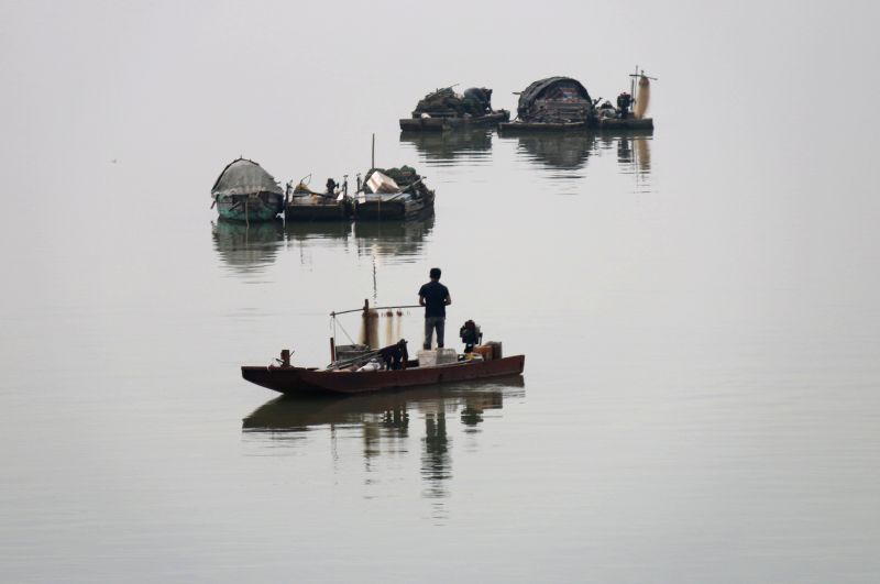 Fishermen catch fish on boats on the Hanjiang River in Shantou, south China's Guangdong Province, April 12, 2014. Photo: (Xinhua/Yao Jun)